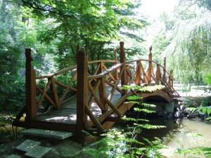 Híd Tengelicen a parkban